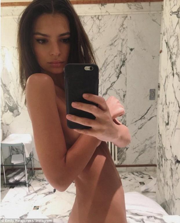 Emily Ratajkowski nude selfie  Emily Ratajkowski nude selfie on instagram