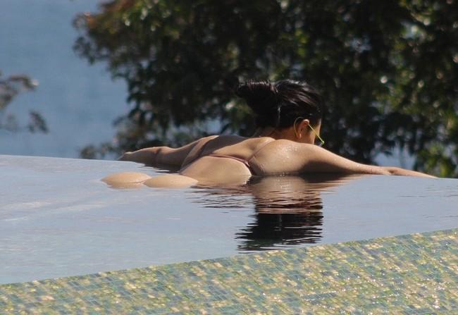 Kim Kardashian 7 1 Kim Kardashian Hot Bikini Pictures In Costa Rica, Flashes Everything (8 Pics)
