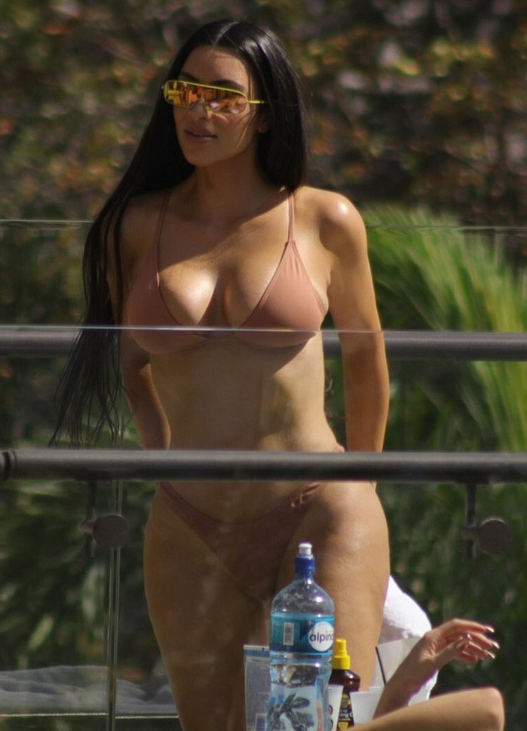 Kim Kardashian 7 Kim Kardashian Hot Bikini Pictures In Costa Rica, Flashes Everything (8 Pics)