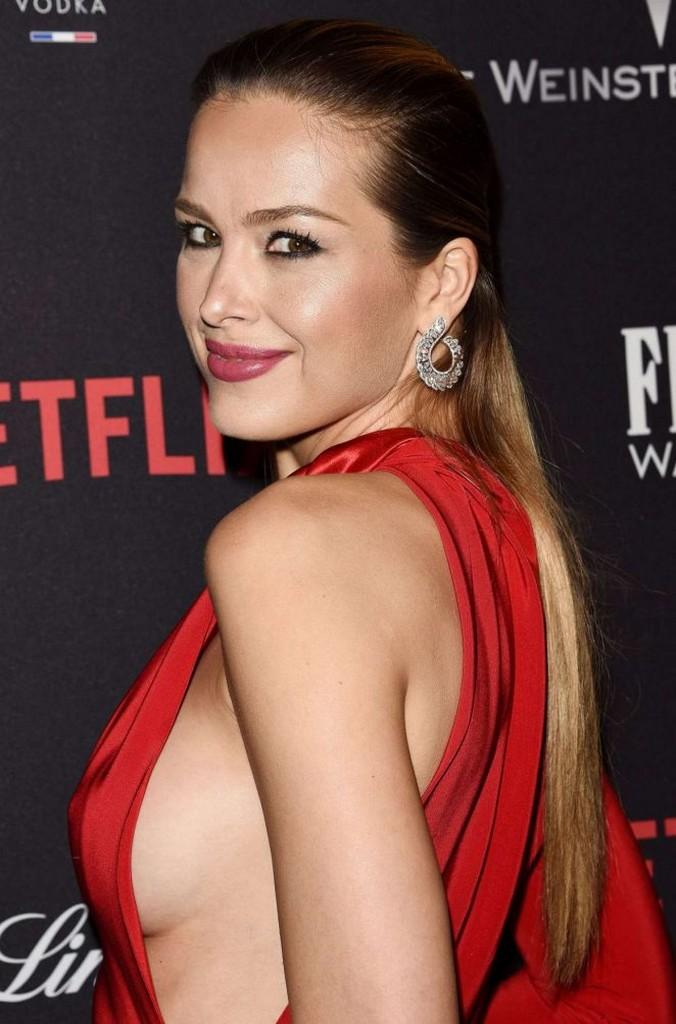 Petra Nemcova Braless Petra Nemcova shows off major side boob in daring red dress (7 Photos)
