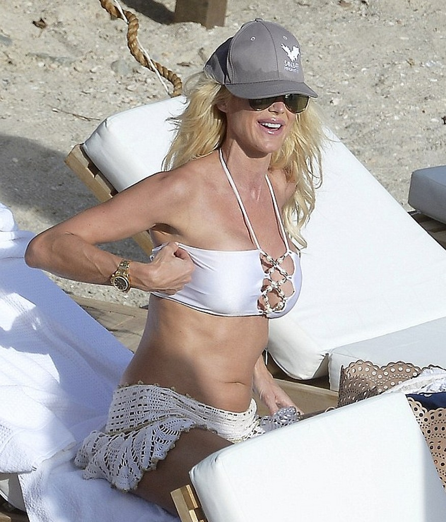 Victoria Silvstedt 4 Victoria Silvstedt Bikini Malfunction Almost Fully Exposed in St Barts (13 Pics)