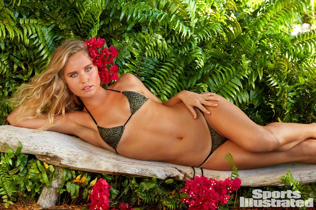 Christie Brinkley Christie Brinkley Rocks Tiny Bikini in Sports Illustrated Swimsuit (3 Pics)
