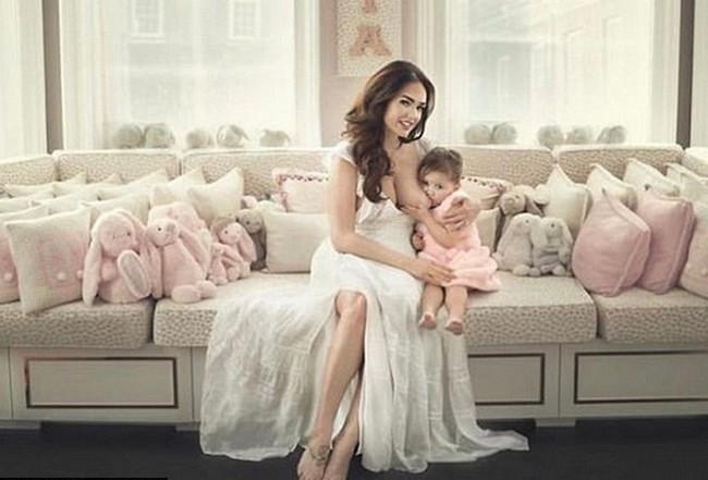 Tamara Ecclestone Tamara Ecclestone Breastfeeding Her Daughter Sophia (2 Pics)