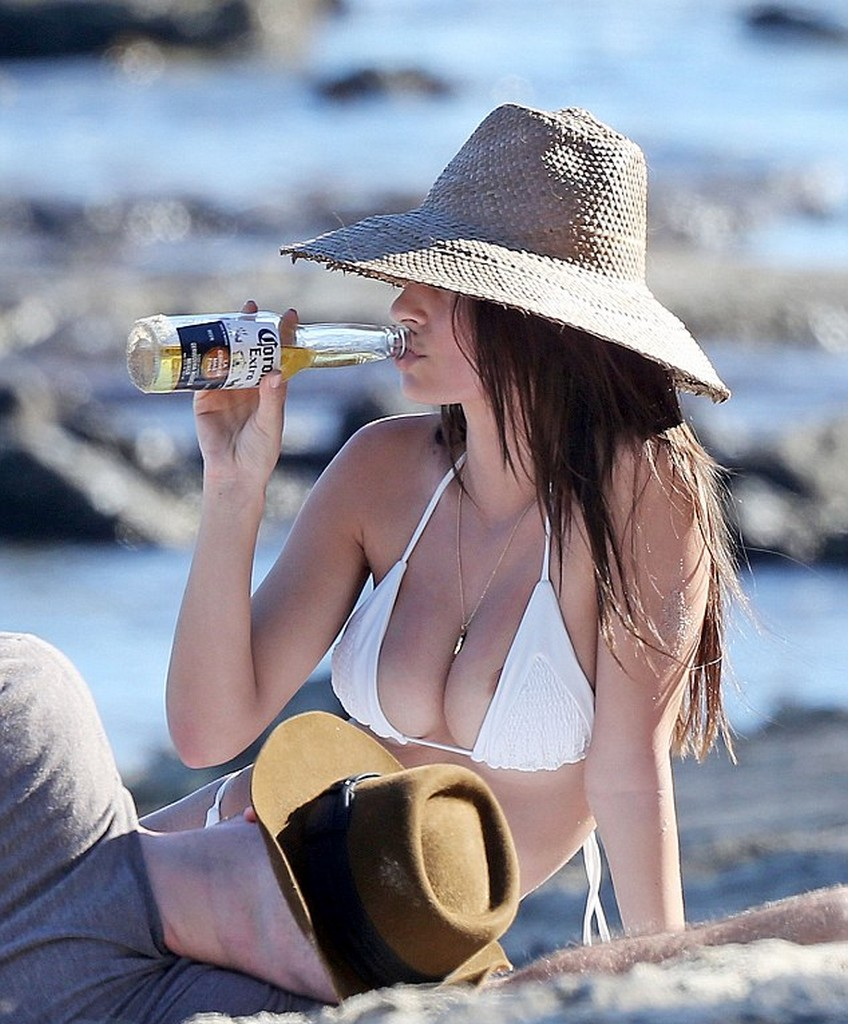 Malibu 2018 >> Emily Ratajkowski Hits The Malibu Beach In White Bikini ...