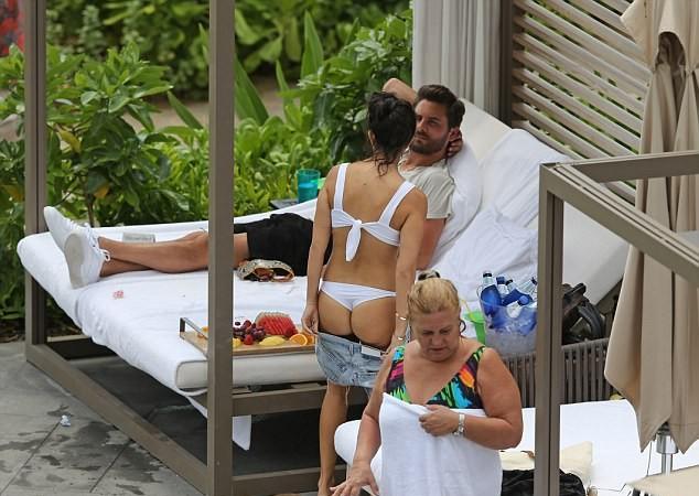 Kourtney Kardashian flaunts jaw dropping body seen chatting with Scott Kourtney Kardashian In White Swimsuit Bikini With Scott Disick (11 Pics)