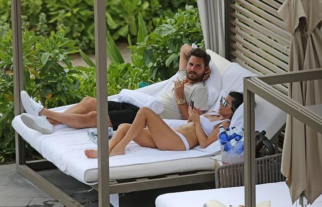 Time to relax Kourtney and scott disick in bikini Kourtney Kardashian In White Swimsuit Bikini With Scott Disick (11 Pics)