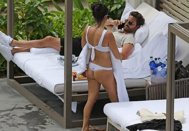 kourtney kardashian and scott disick bikini Kourtney Kardashian In White Swimsuit Bikini With Scott Disick (11 Pics)